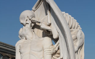 Описание скульптуры «поцелуй смерти»